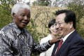 Former South African President Nelson Mandela (L) meets with visiting Chinese Vice President Zeng Qinghong in Johannesburg June 28, 2004. Photo: Xinhua