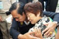 Thai Prime Minister Prayuth Chan-ocha comforts a relative of Chinese tourists involved in the tourist boat accident. Photo: Reuters/Sooppharoek Teepapan
