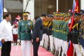 Chinese Premier Li Keqiang pauses to his pay respects to the Chinese and Philippine flags as he reviews troops with Philippine President Rodrigo Duterte (left) during a welcome ceremony at Malacanang Palace grounds in Manila on November 15, 2017. Duterte has fostered closer relations with China than his predecessor. Photo: AP
