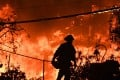A firefighter is silhouetted by a burning home along Pacific Coast Highway during the Woolsey Fire in Malibu, California. Photo: AFP