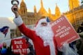 Anti-Brexit demonstrators protest outside Parliament, in London on December 10, as Theresa May announced a postponement of a crucial vote on the Brexit agreement struck with EU leaders last month. Photo: AFP