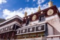 A Tibetan house in the city Lhasa, Tibet, exhibiting traditional architecture and craftsmanship. Photo: Alamy