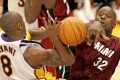 Miami Heat centre Shaquille O'Neal (right) strips Los Angeles Lakers guard Kobe Bryant of the ball and collects his sixth foul of the game, during second half NBA action in Los Angeles on December 25, 2004. Photo: Reuters