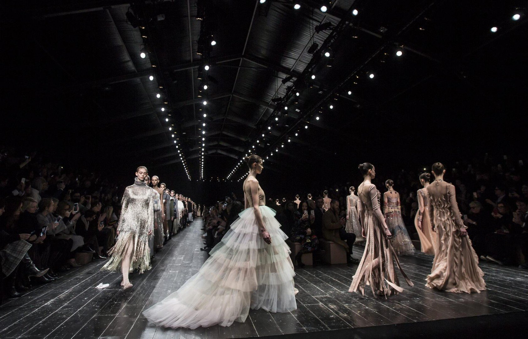 Autumn-winter 2016 fashion: dramatic collections, tame shows