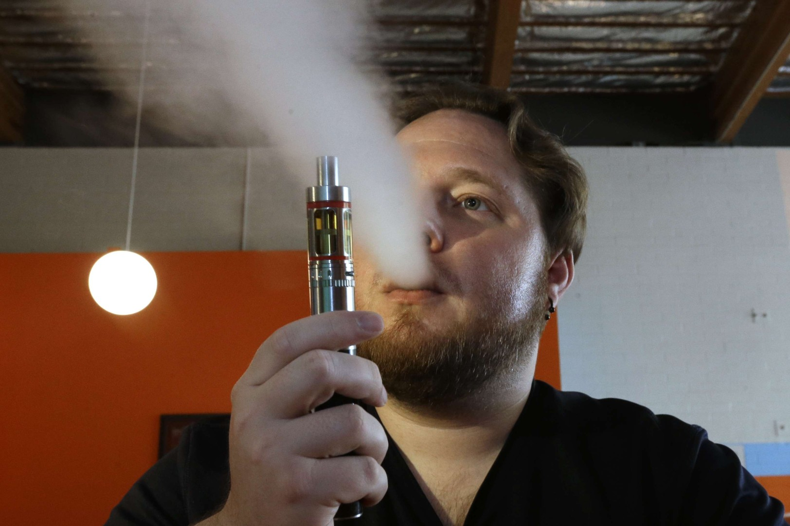 US bans e-cigarette, cigar sales to those under 18 years old