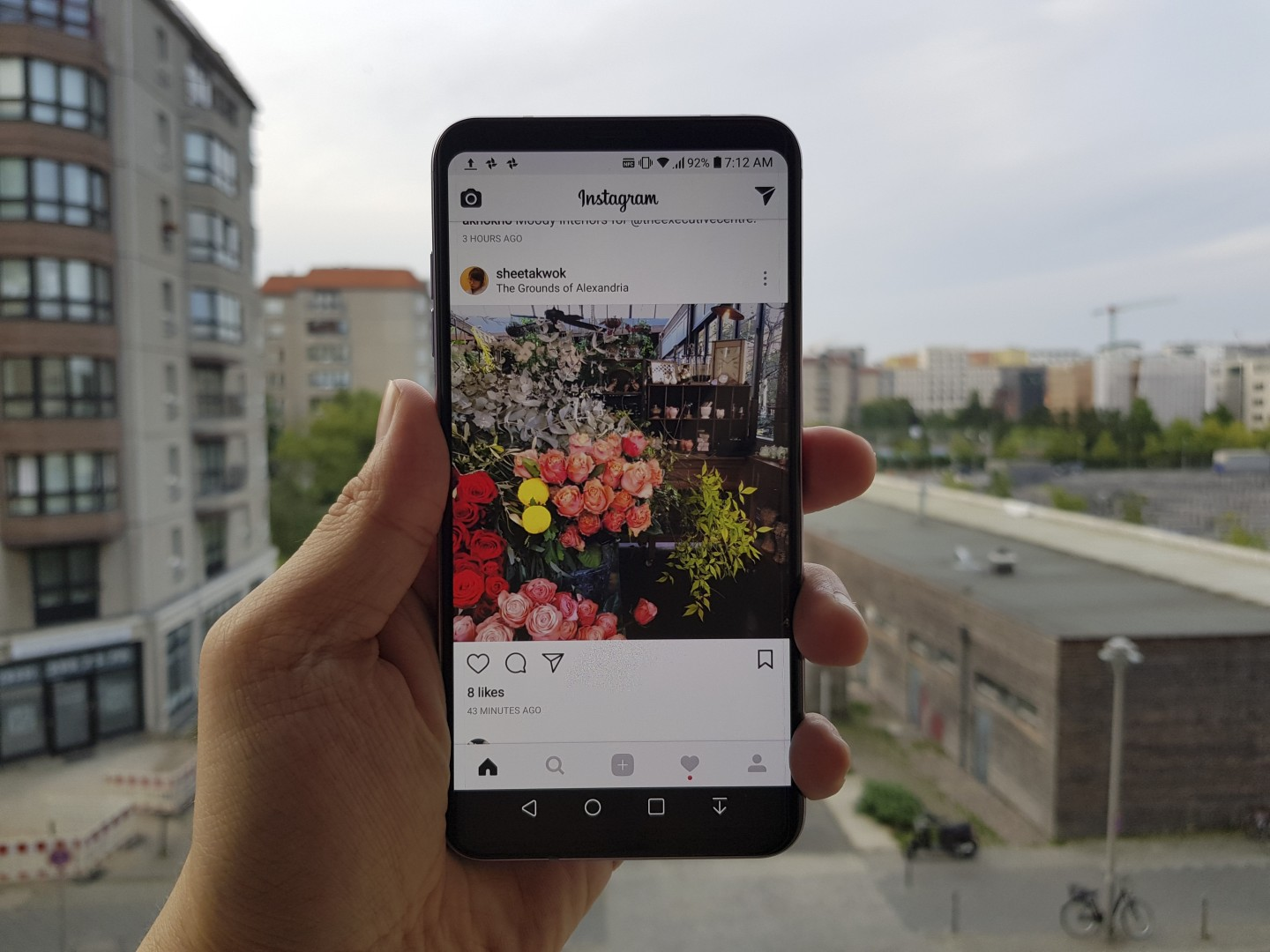 First impressions of the LG V30 smartphone – light, slim, curvy