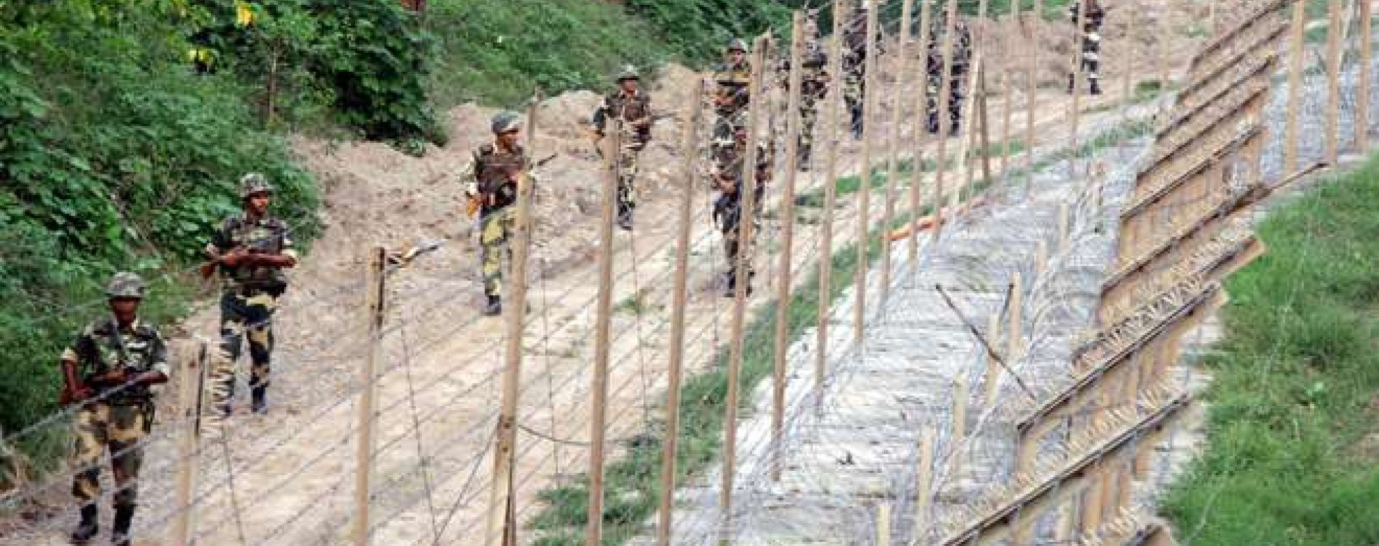 epa05557164 Indian Border Security Force (BSF) soldiers patrol near the fence at the India-Pakistan International Border at outpost Chenab of Dewali post of Akhnoor sector, about 60 km from Jammu the winter capital of Kashmir, India, 26 September 2016. BSF soldiers are on a high alert along the international border in Jammu, following heightened tensions between India and Pakistan after the Uri terror attack. EPA/JAIPAL SINGH