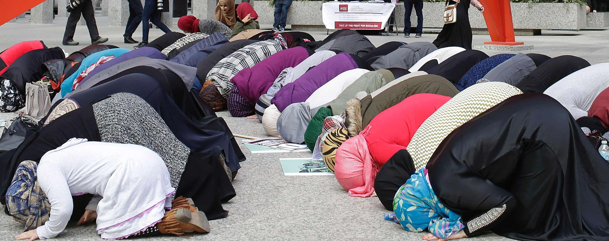 Muslim woman pray in Chicago. Photo: AFP