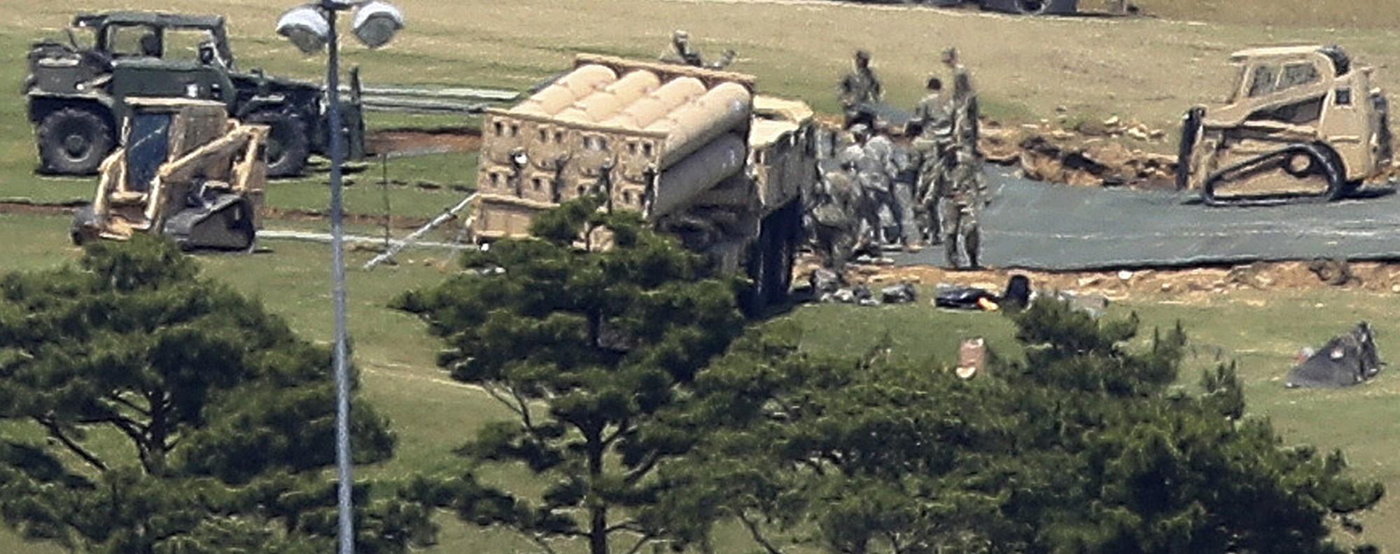US soldiers install THAAD in Seongju. Photo: AP