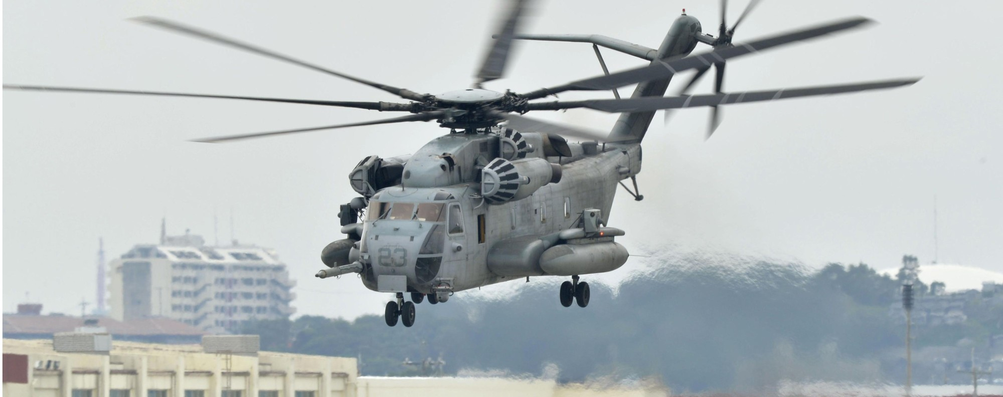 A CH-53E transport helicopter flies in Ginowan, Okinawa Prefecture. Photo: Kyodo