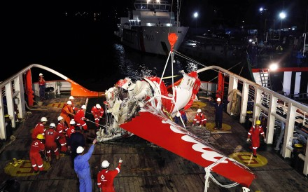 A section of the tail of AirAsia Flight QZ8501 passenger plane is seen on the deck of the rescue ship Crest Onyx, a day after it was lifted from the seabed, as crew try to lift it off the ship in Kumai Port, near Pangkalan Bun, Central Kalimantan in this January 11, 2015 file photo. Photo: Reuters