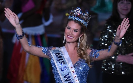 Huge blunder at miss universe sees wrong contestant crowned miss mireia lalaguna rozo of spain waves after winning the new title at the miss world grand gumiabroncs Images