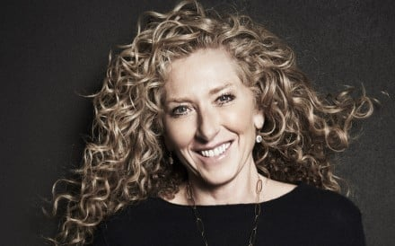In 2009, Kelly Hoppen was awarded an MBE by Britain's Queen Elizabeth for her contribution to the design industry.