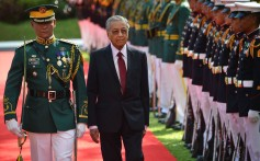 Malaysia's Prime Minister Mahathir Mohamad reviews an honour guard during a welcoming ceremony at the Malacanang Palace in Manila. He is in the Philippines for talks with President Rodrigo Duterte. Photo: AFP