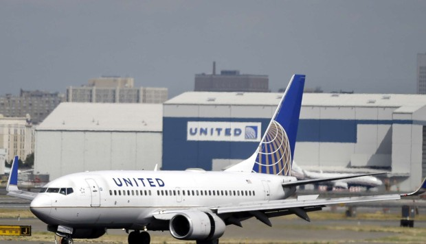 united airlines caves says sorry for violently dragging asian passenger from plane