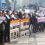 Korea Tourist Guide Association members hold pickets and brochures in front of Shinsegae Department Store Main Branch in downtown Seoul, Wednesday, criticizing Shinsegae Duty Free for allegedly selling to foreigners who redistribute tax-free goods illegally. Photo: Park Jae-hyuk/Korea Times