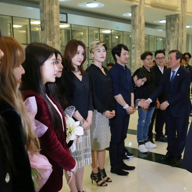 653758afee06 INorth Korean leader Kim Jong-un talks to members of the South Korean  artistic group