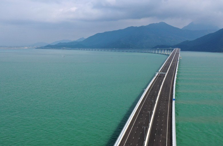 World's longest sea bridge draws Hong Kong closer to China
