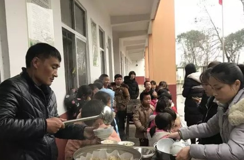 The heart-warming principal who cooks for 'left-behind' kids