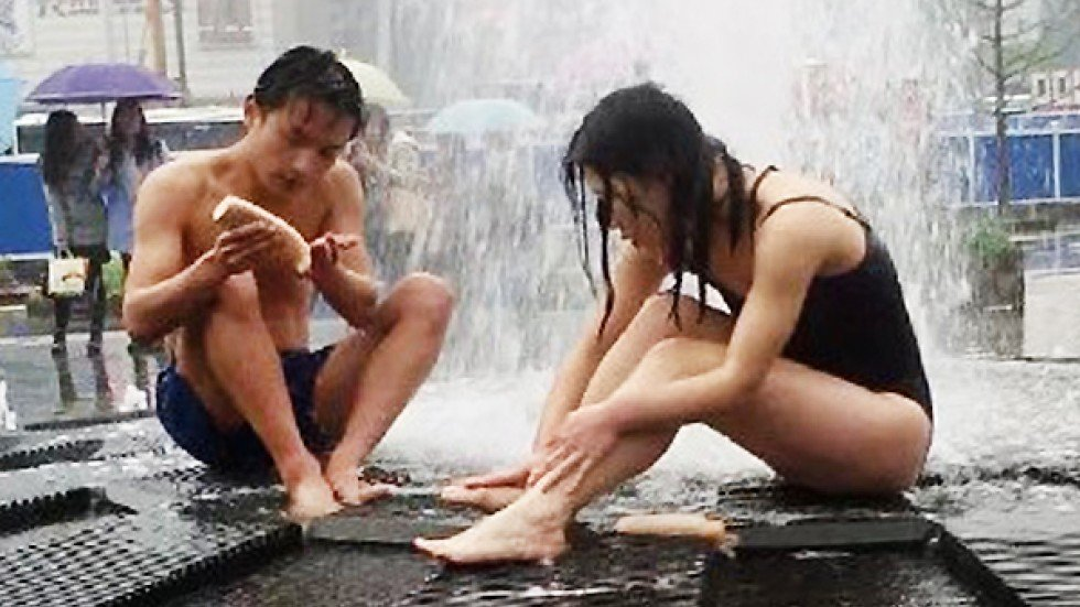Young Chinese Couple Ignore Security Guards To Bathe In -8372