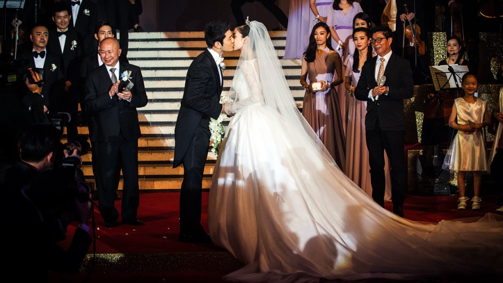 Megabucks Fairy Tale Wedding Of Actor Huang Xiaoming And Hong Kong