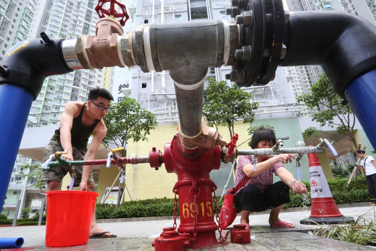 Residents of Kai Ching Estate in Kai Tak stock up on water from a fire hydrant after lead was detected in the fresh water supply. Photo: Felix Wong