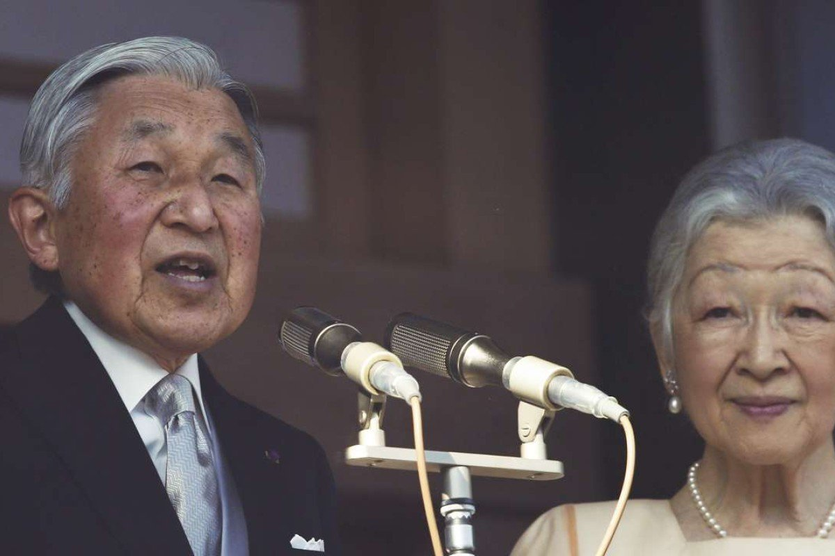 Japan's Emperor Akihito delivers a speech to well-wishers from a balcony of the Imperial Palace as Empress Michiko listens during a New Year's public appearance. Photo: AP