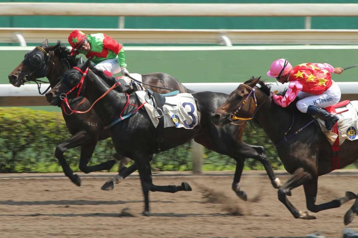 Good Fit(inside), ridden by Olivier Doleuze, wins despite having to navigate past a riderless horse. Photos: Kennth Chan