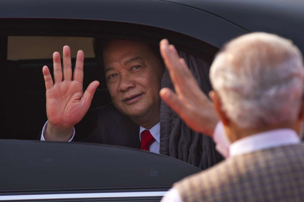 Indian Prime Minister Narendra Modi, right, waves at Vietnam Prime Minister Nguyen Tan Dung, as he leaves after his ceremonial reception at the forecourt of the Indian President's palace in New Delhi, India in 2014. Photo: AP