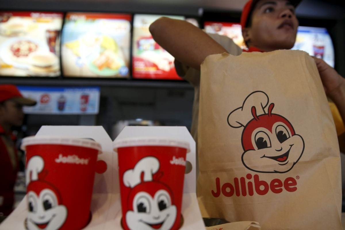 A member of a Jollibee crew packs food for a customer inside a Jollibee franchise in Metro Manila. Photo: Reuters