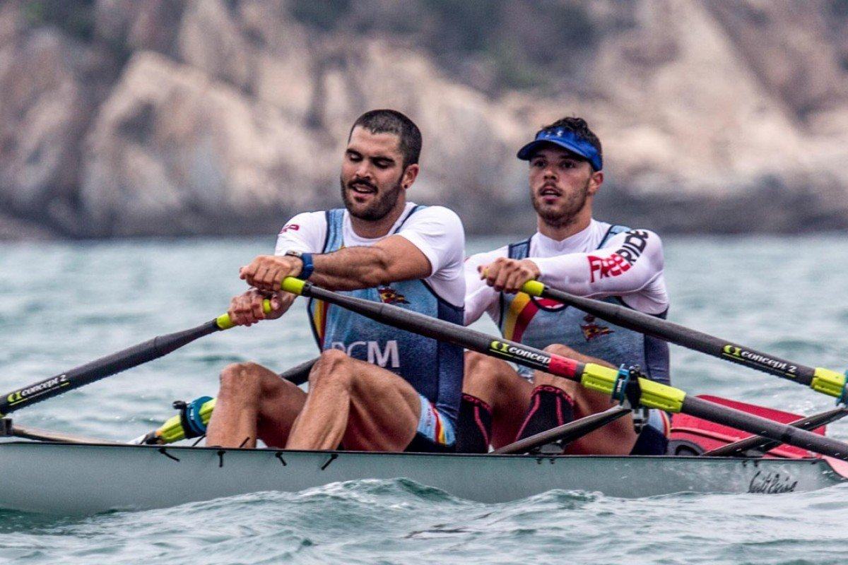 Adrian Miramon and Jaime Lara fight against wind and waves to set the record. Photos: Royal Hong Kong Yacht Club
