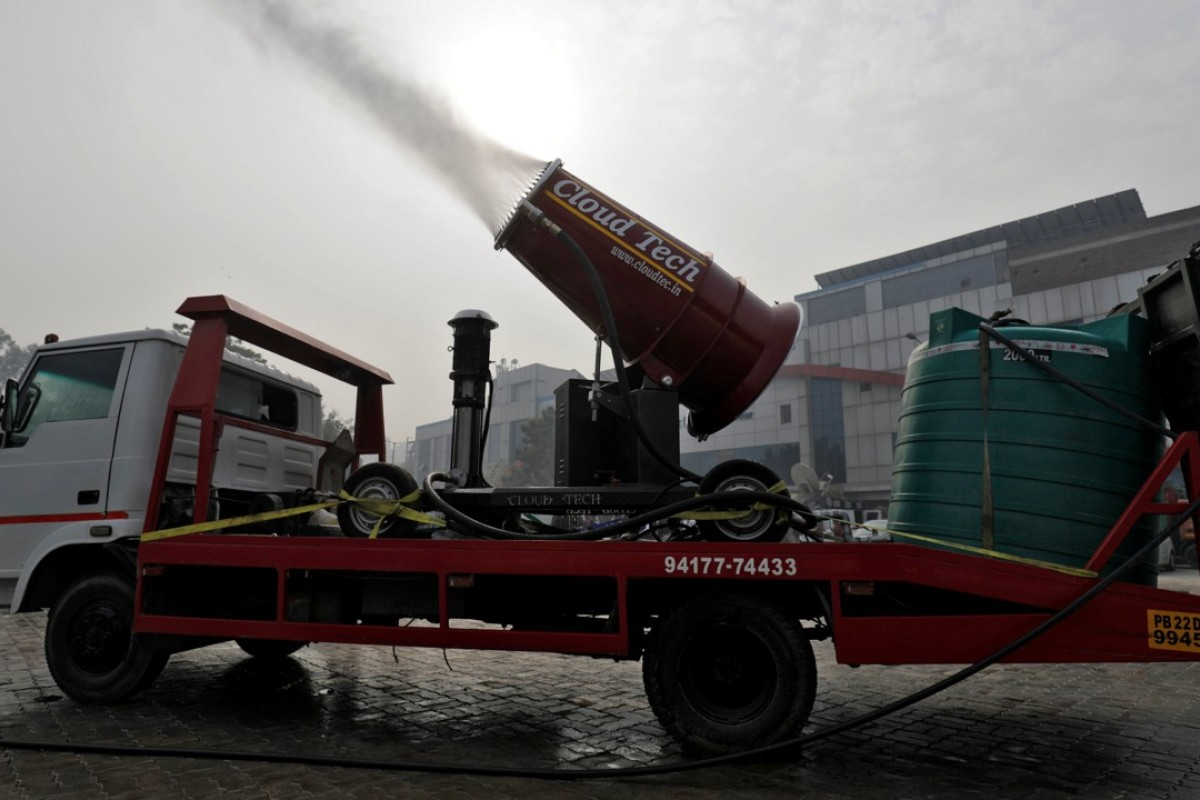 An 'anti-smog gun' sprays atomised water into the air to reduce pollution in New Delhi. Photo: Reuters