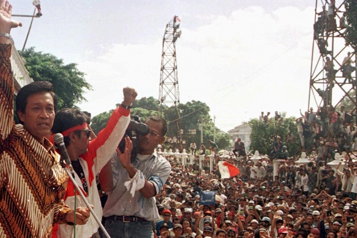 Sultan Hamengkubuwono X of Yogyakarta at an anti-Suharto protest. Photo: Reuters