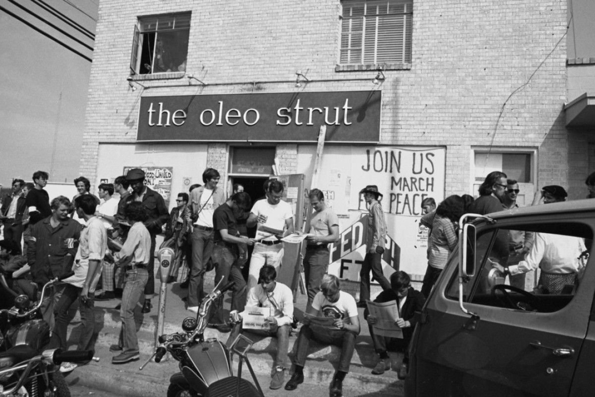 GIs wait for the start of a peace march outside the Oleo Strut coffee house in Fort Hood, Texas, in 1971. Picture: Alan Pogue