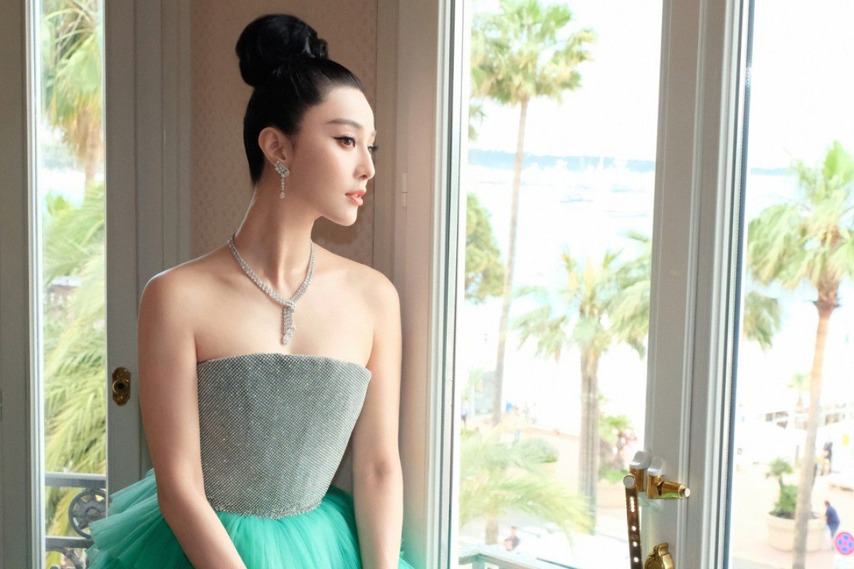 Actress Fan Bingbing wore London by De Beers Thames Path high jewellery necklace, Phenomena Glacier earrings and Phenomena Sunbeam bracelet, and an exceptional 12ct pear-cut De Beers Classic ring at the 2018 Cannes Film Festival.