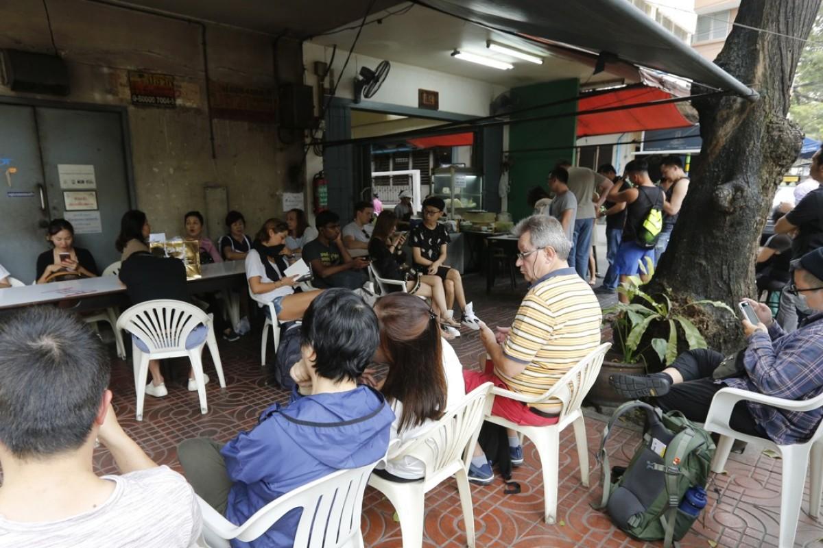 People queue to eat at Raan Jay Fai, a Michelin-starred street-food restaurant, in Bangkok. Photo: EPA