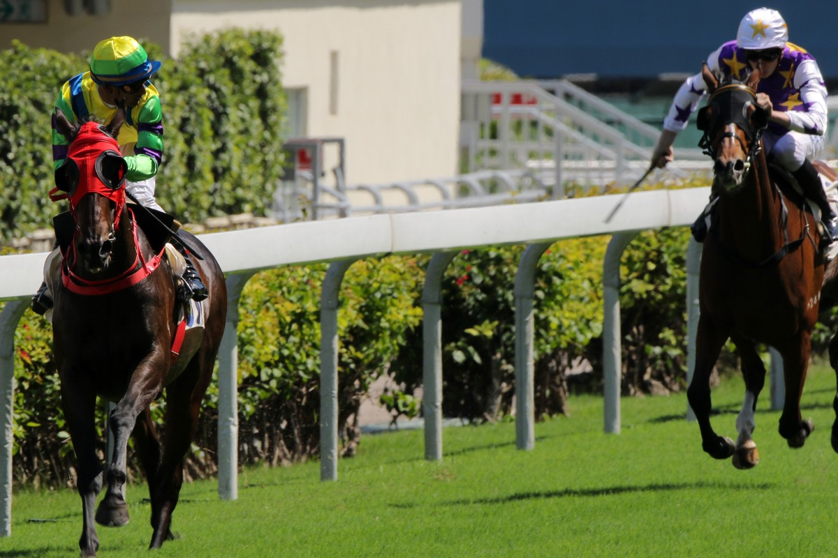 Karis Teetan looks over his shoulder as Clement Legend wins at Happy Valley. Photos: Kenneth Chan