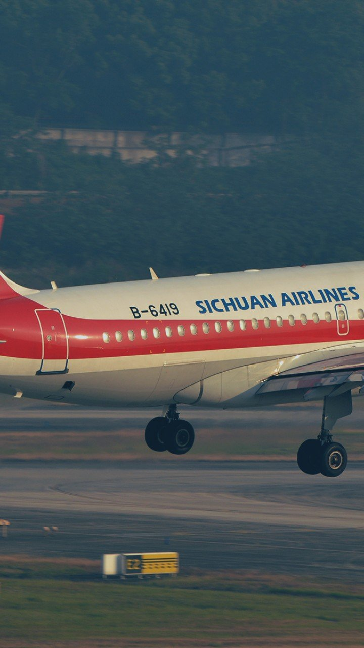 The pilots of a Sichuan Airlines flight on how they saved 128 people