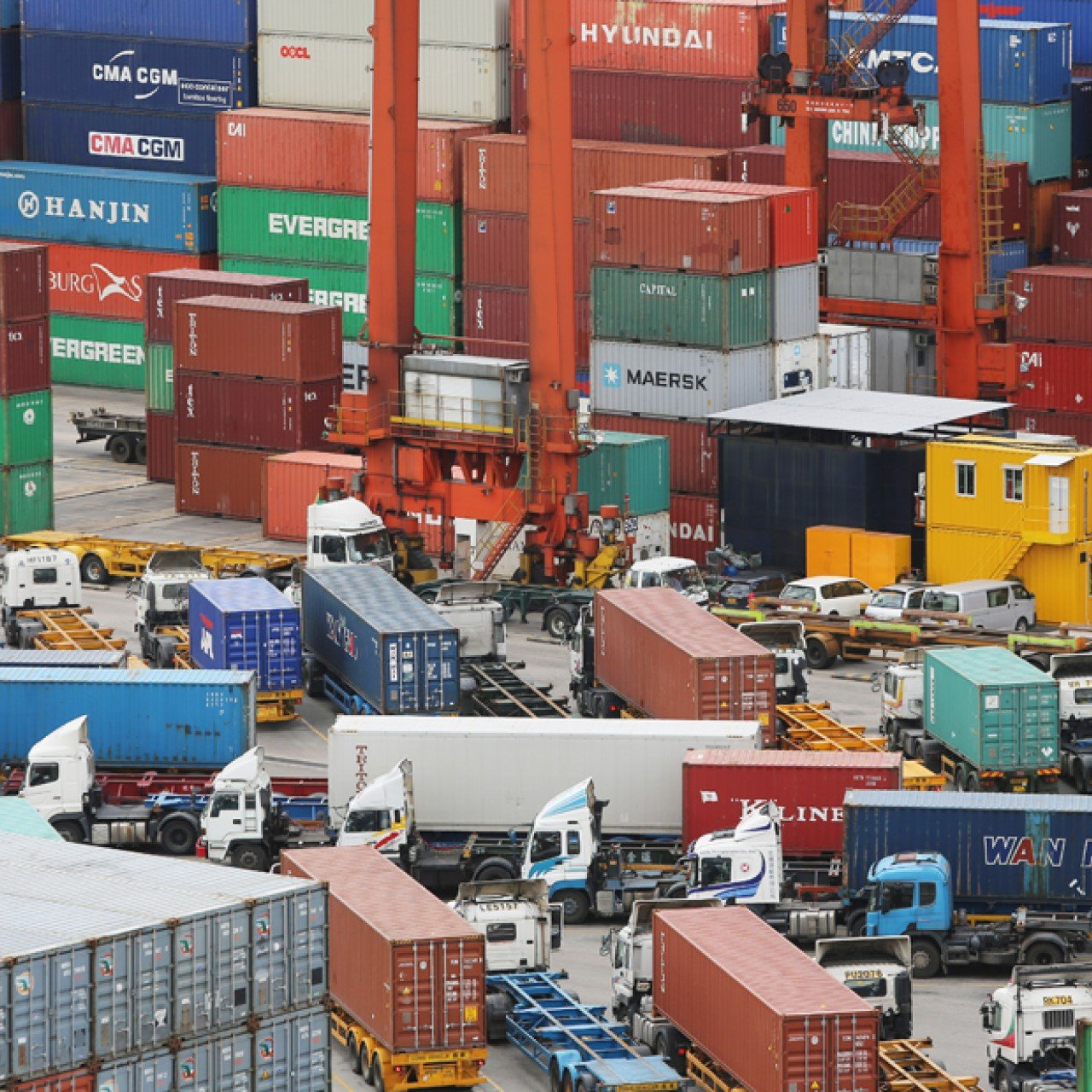 Shenzhen port chiefs bid to lure container shipping lines from Hong